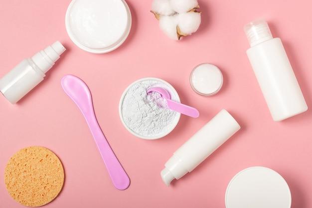 Maseczki altanowe i gliniane. produkty kosmetyczne, maseczki i kremy w bułkach. widok z góry, układ płaski