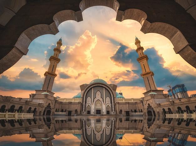 Masjid wilayah persekutuan o zachodzie słońca w kuala lumpur, malezja.