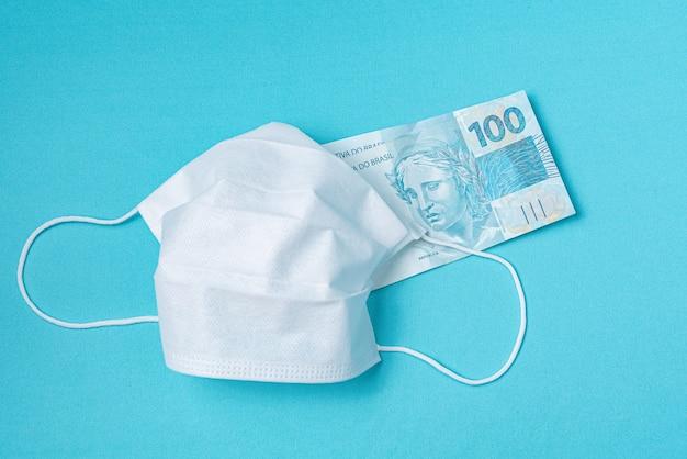 Maska chirurgiczna i prawdziwe pieniądze z brazylii,