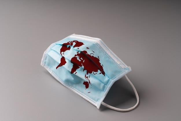 Maska chirurgiczna z mapą świata