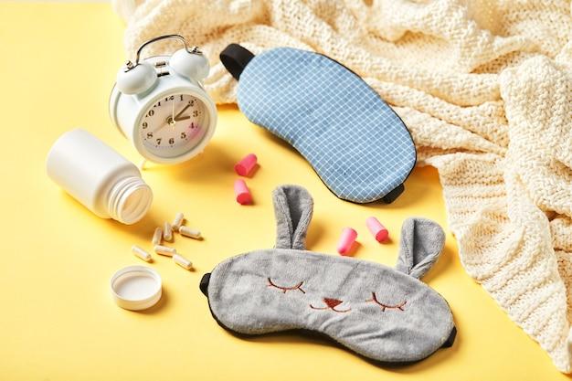 Maska do spania, budzik, zatyczki do uszu i pigułki. koncepcja kreatywny zdrowy sen w nocy. dobranoc, higiena snu, bezsenność