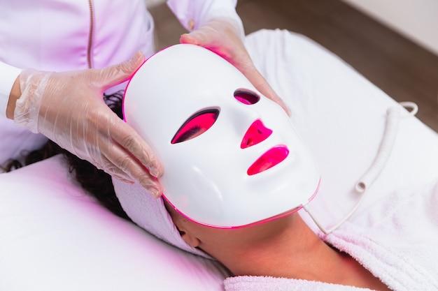 Maska do terapii fotodynamicznej na twarzy kobiety