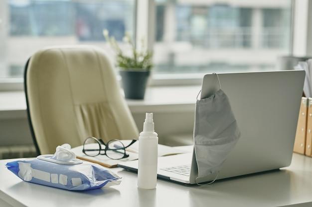 Maska do twarzy, środek odkażający, nawilżone chusteczki to wszystko, co jest potrzebne do zapobiegania koronawirusowi w miejscu pracy w biurze
