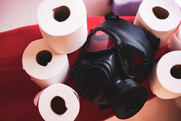 Maska gazowa i dużo papieru toaletowego w domu. przesada koncepcji covid-19