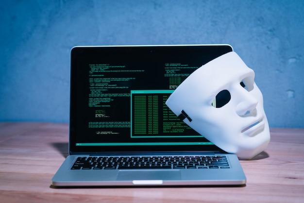 Maska hakerów i laptop