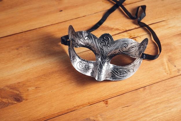 Maska maskująca na tle drewniany stół