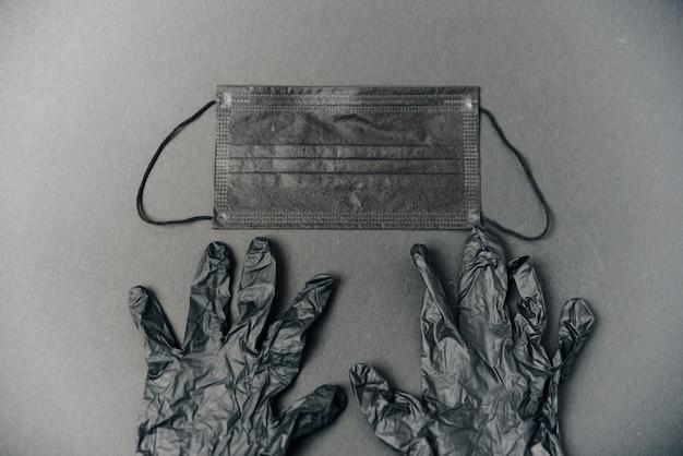 Maska medyczna i czarne rękawiczki