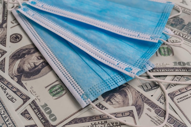 Maska medyczna na pieniądze. ochrona przed epidemią koronawirusa