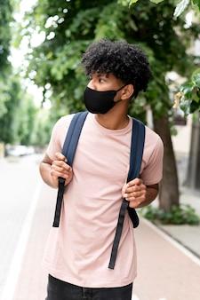 Maska mężczyzny średniego strzału