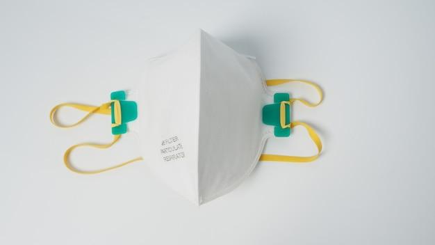 Maska n 95 jest izolowana na białym tle.