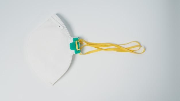 Maska n 95 jest izolowana na niebiesko białym tle.