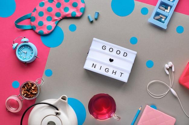 Maska na sen, budzik, słuchawki i zatyczki do uszu. środki uspokajające - pigułki, kapsułki i herbata. pamiętnik snu lub dziennik.