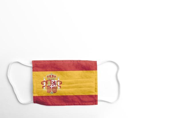 Maska na twarz z nadrukowaną flagą hiszpanii na białym tle