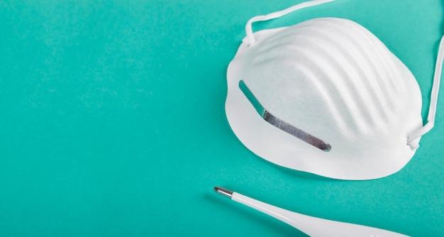Maska sanitarna i termometr do pielęgnacji chorych i zwalczania choroby