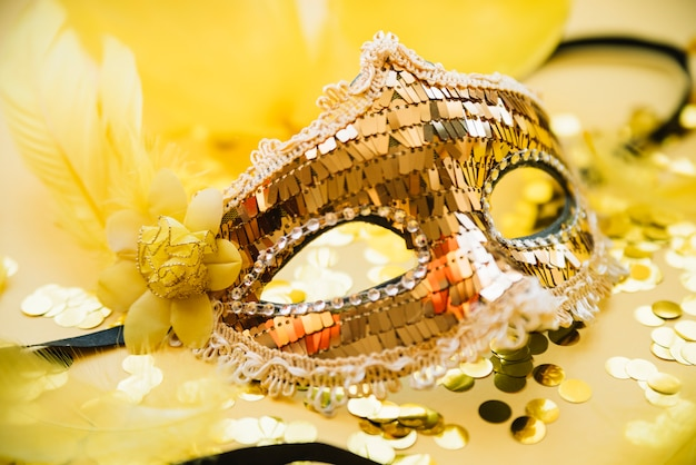 Maska w pobliżu rozproszonych konfetti