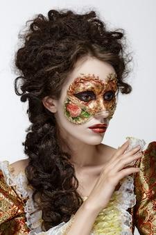 Maska wenecka. piękna kobieta w vintage sukienka i maska na twarzy.