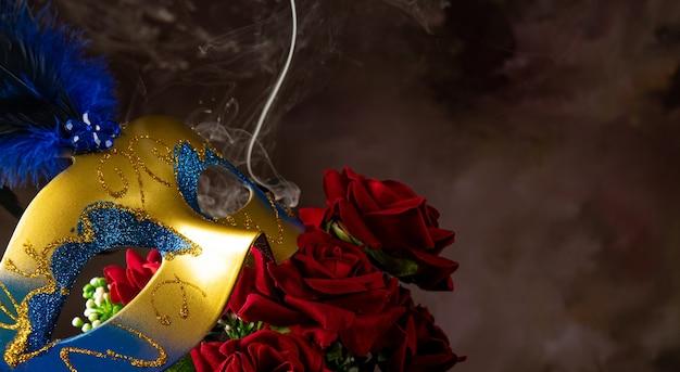 Maska wenecka, róże i dym w pięknych kształtach