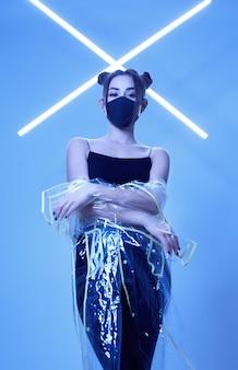 Maska wirusa azjatycka kobieta nosi maskę wokół kolorowych neonowych