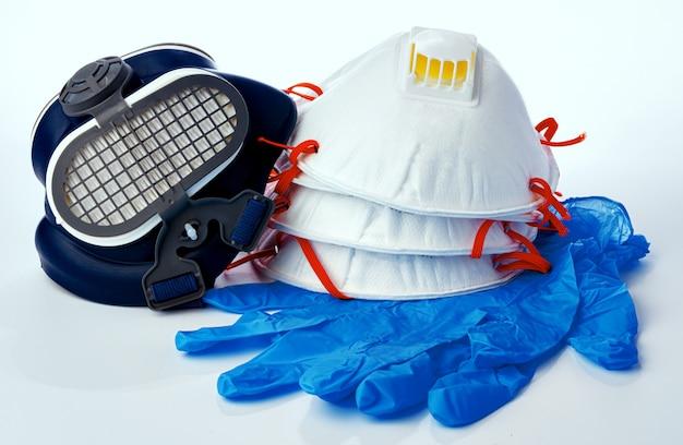 Maski medyczne z sterylnymi lateksowymi rękawiczkami na białym tle