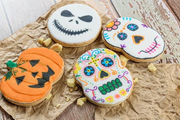 Maślane ciasteczka o tematyce halloween na brązowym papierze.