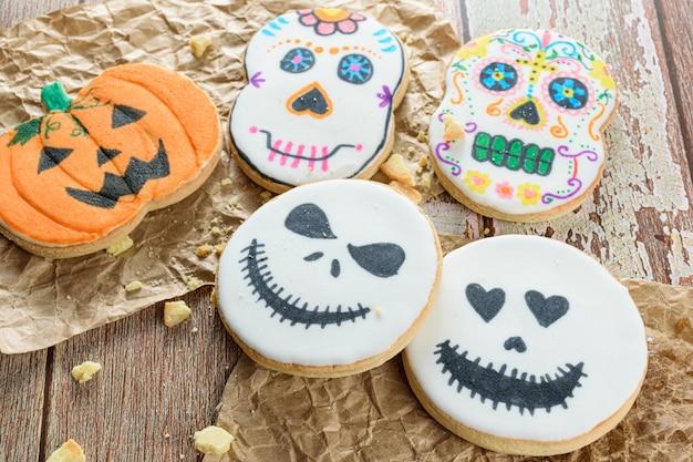 Maślane ciasteczka o tematyce halloween obok okruchów.