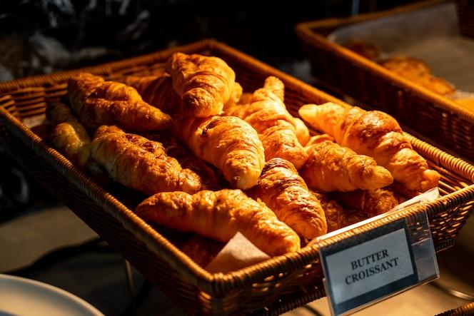 Masło croissant w koszyku