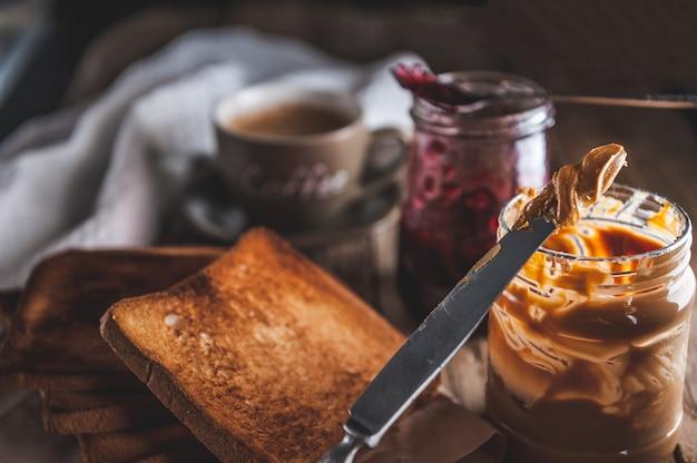 Masło orzechowe z dżemem i wiejskim ciastem. masło orzechowe i żelki