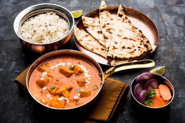 Masło paneer masala lub cheese cottage curry w misce lub patelni, podawane z roti i ryżem lub bez