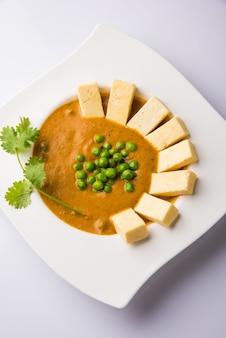 Masło paneer masala to słynny indyjski przepis na jedzenie przyrządzane z twarogu, podawane w misce. selektywne skupienie
