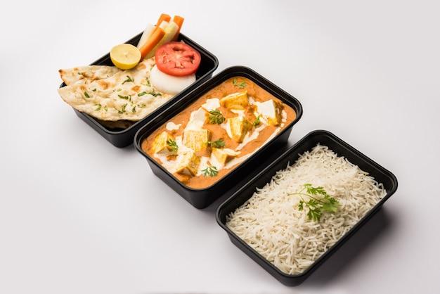 Masło paneer masala zapakowane w plastikowy pojemnik lub pudełko, gotowe do dostawy do domu lub odbioru