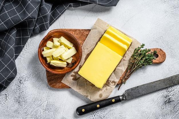 Masło rolnicze na szarym stole.