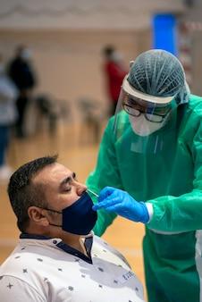 Masowe Testy To Bardzo Ważne Narzędzie Do Wykrywania Pandemii Koronawirusa Premium Zdjęcia