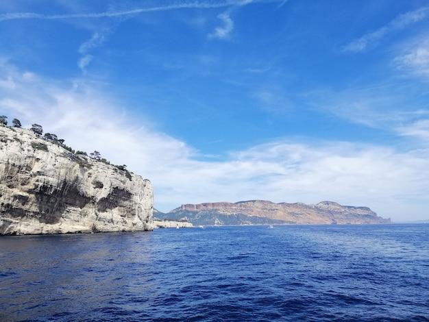 Massif des calanques otoczony morzem pod błękitnym niebem i światłem słonecznym we francji