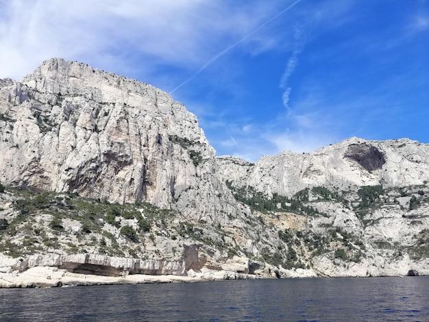 Massif Des Calanques Otoczony Morzem Pod Błękitnym Niebem I światłem Słonecznym We Francji Darmowe Zdjęcia