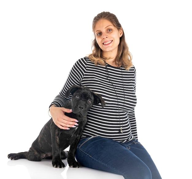 Mastif włoski szczeniak i kobieta na białym tle