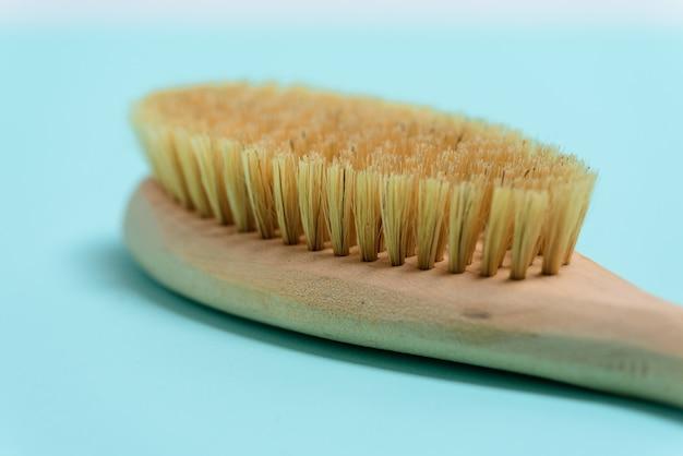 Masuj drewnianą miękką szczoteczkę do ciała naturalnym włosiem