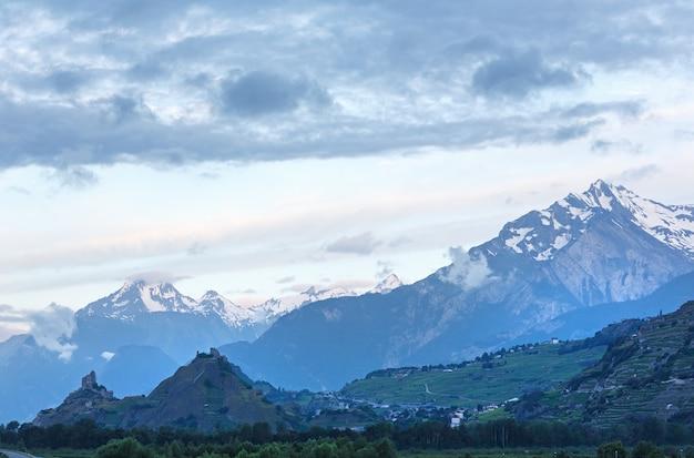 Masyw górski mont blanc. letni widok z przedmieść plaine joux we francji.
