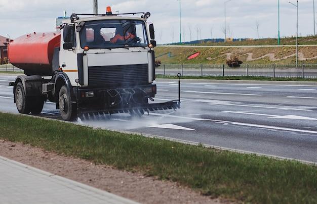 Maszyna czyszcząca myje asfalt