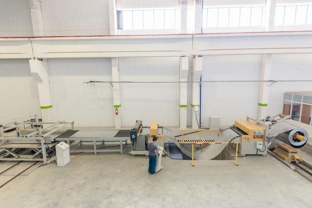 Maszyna do cięcia blach stalowych w rolkach. obróbka blach w rolkach
