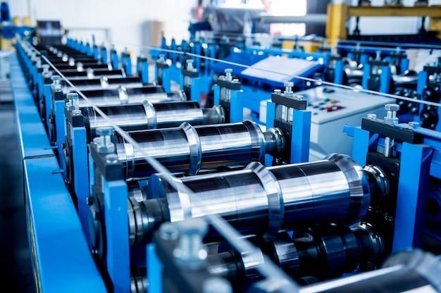 Maszyna do formowania blach w nowoczesnej fabryce ślusarki.