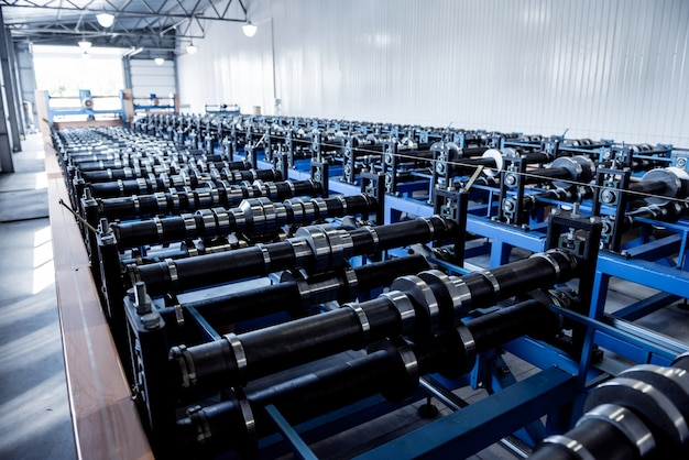 Maszyna do formowania blach w nowoczesnej fabryce ślusarskiej.