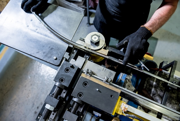 Maszyna do gięcia rolkowego wykonuje formowanie rur.