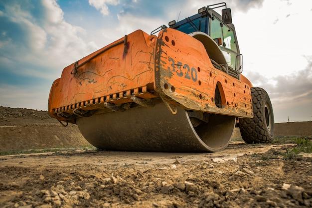 Maszyna do konsolidacji gleby w terenie podczas pracy w lecie