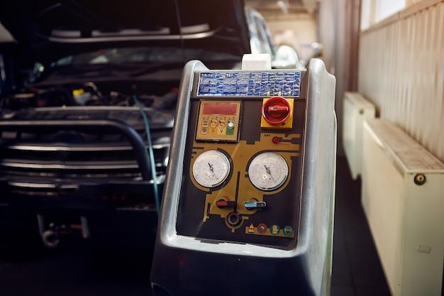 Maszyna do ładowania klimatyzacji w samochodzie w serwisie samochodowym