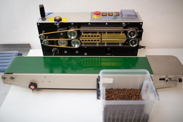 Maszyna do pakowania świeżo palonych ziaren kawy w szczelnie zamkniętej torebce próżniowej