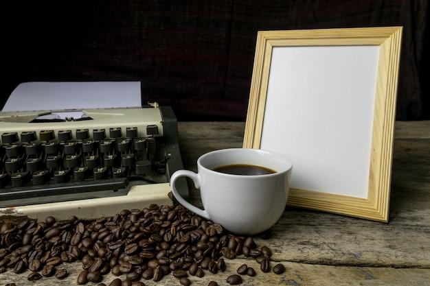Maszyna do pisania i kawa na drewnianym tle