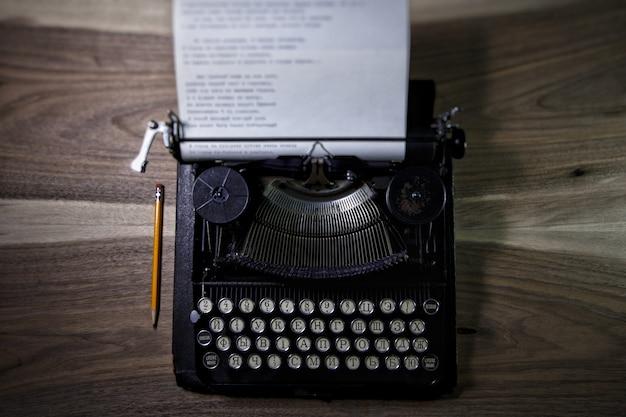 Maszyna do pisania i ołówek na stole na poddaszu