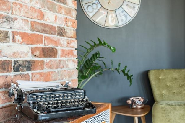 Maszyna do pisania na ścianie z cegły