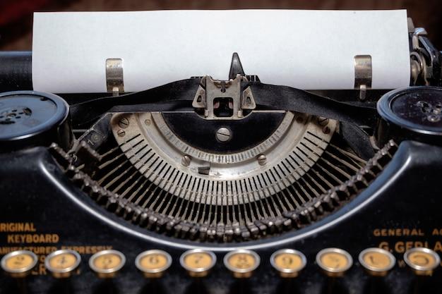 Maszyna do pisania z pustą kartką papieru