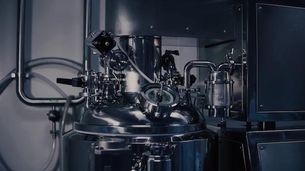Maszyna do produkcji leków w nowoczesnym laboratorium, sprzęt do produkcji farmaceutyków, maszyna do produkcji farmaceutyków w fabryce medycznej.